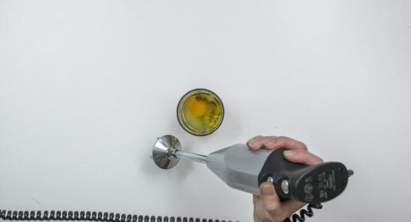 Introducir una batidora hasta el fondo del vaso mezclador y seleccionar la velocidad más alta. Mantenerla durante unos 5 segundos en el fondo y después retirarla, sacándola muy despacio del vaso de mezclas.