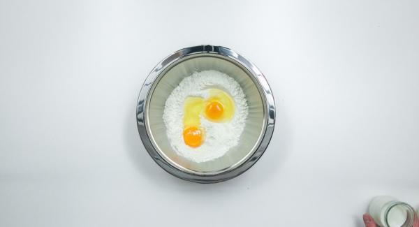 Tamizar la harina y la levadura en polvo en un bol, añadir la sal y los huevos. Mezclar con nata y leche para obtener una mezcla fina. Cubrir y dejar reposar unos 30 minutos.