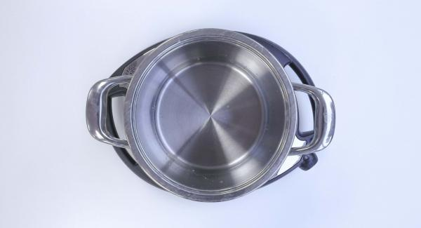 Colocar los boniatos en la Softiera de 20 cm e introducir un vaso de agua en la colla. Tapar con la Tapa Rápida (Secuquick Softline) de 20 cm