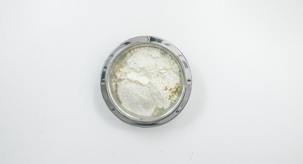 Mezclar las harinas con la sal, la alcaravea y la levadura en polvo en un bol. Agregar el agua y el yogur y, con una cuchara de madera, mezclarlo todo hasta conseguir una masa húmeda.