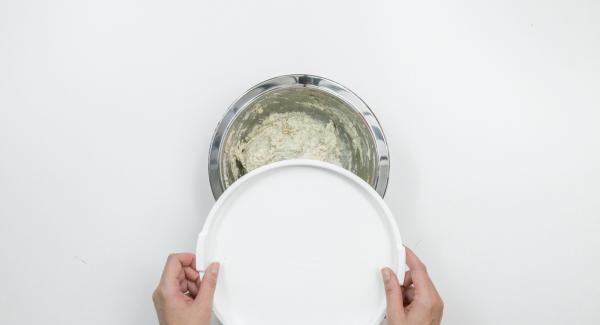 Espolvorear la masa con harina de espelta. Colocar encima del bol una tapa adecuada ligeramente inclinada y dejar reposar unas 12 horas a temperatura ambiente (se formarán varias burbujas).