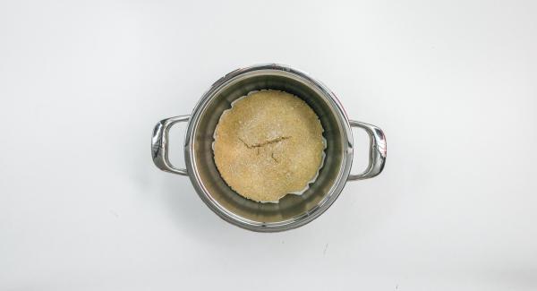 Sacar el pan junto con el papel de la olla y dejarlo enfriar completamente en una rejilla para tartas.