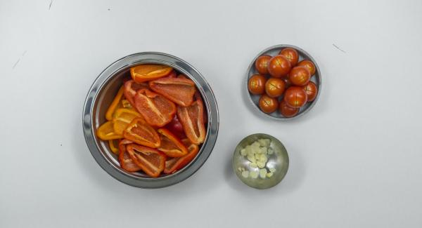 Lavar los pimientos, quitarles las pepitas, secar bien dando toquecitos y, si es preciso, cortar a trozos pequeños. Hacer una ligera incisión transversal en la piel de los tomates por la parte superior. Pelar el ajo y cortarlo en láminas.