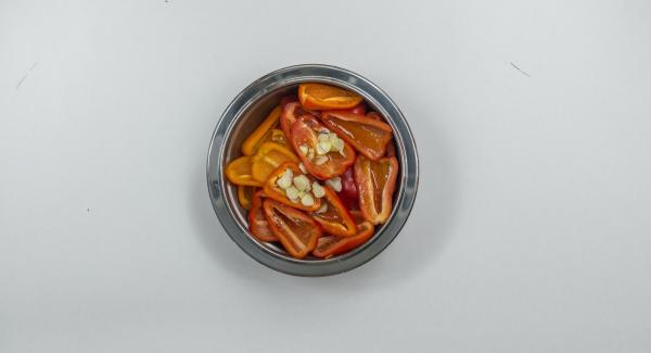 """Mezclar los pimientos y el ajo con aceite de oliva, colocarlos en una sartén,  tapar y colocar la sartén en el fuego a temperatura máxima. Encender el Avisador (Audiotherm), colocarlo en el pomo (Visiotherm) y girar hasta que se muestre el símbolo de """"chuleta""""."""