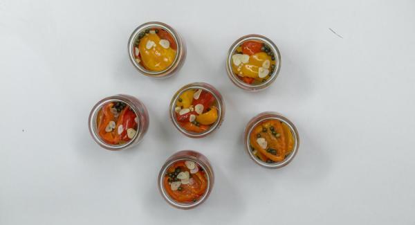 Colocar los tomates cherry en tarros de conserva, rellenarlos con trozos de pimentón, agregar media cucharada de postre de pimienta verde en cada tarro y verter el caldo encima. Rellenar con el caldo hasta un tercio de los tarros.