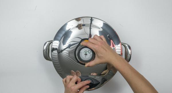 Verter 250 ml de agua en una olla GourmetLine, colocar los tarros en una Softiera e introducirla (sin el asa) en la olla; a continuación, tapar con la Tapa Rápida (Secuquick Softline) de 24 cm.
