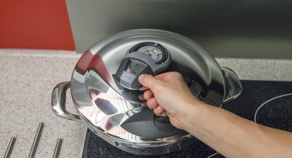 """Encender el fuego a temperatura máxima, calentar la olla hasta la ventana de """"Turbo"""", bajar temperatura y cocinar 3 minutos con el Avisador (Audiotherm)."""