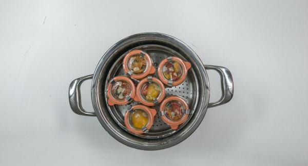 Cuando finalice el tiempo de cocción, colocar la olla con la Tapa Rápida (Secuquick Softline) en una superficie resistente al calor y dejar despresurizar. Dejar enfriar un poco los tarros, retirarlos y ponerlos a enfriar por completo.