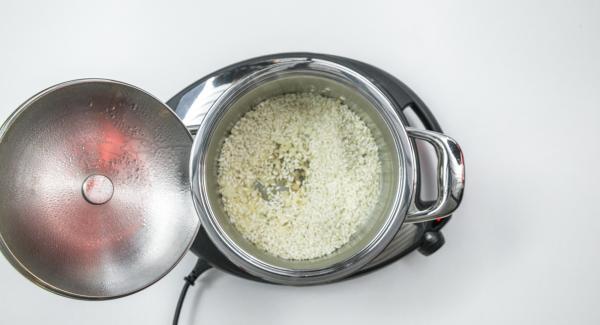 """Cuando el Avisador (Audiotherm) emita un pitido al llegar a la ventana de """"chuleta"""", bajar temperatura de Navigenio (nivel 2) y añadir el arroz y saltear."""