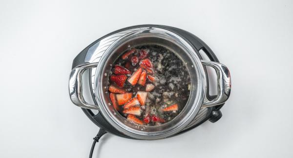 Poner un poco de vino tinto, añadir el caldo de verduras y dos tercios de las fresas.