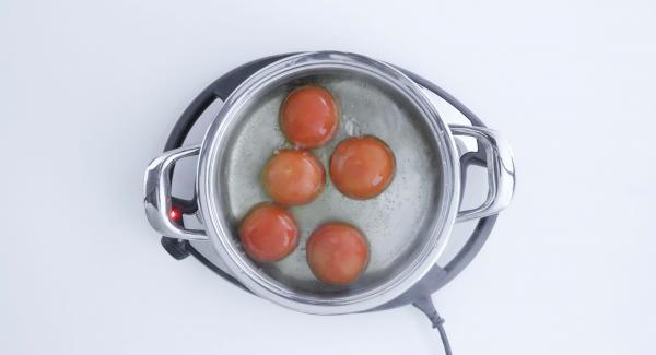 Pelar y cortar en dados finos la cebolla y los ajos. Escaldar los tomates en agua hirviendo, pelarlos y cortarlos también en dados. Cortar el atún en dados gruesos.
