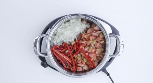 Limpiar los pimientos, cortarlos en tiras y echarlos, sin escurrir, en una olla de 24 cm 3,5 l. Repartir los dados de tomate, la cebolla y el ajo por encima y rociarlo con 2 cucharaditas de aceite de oliva.