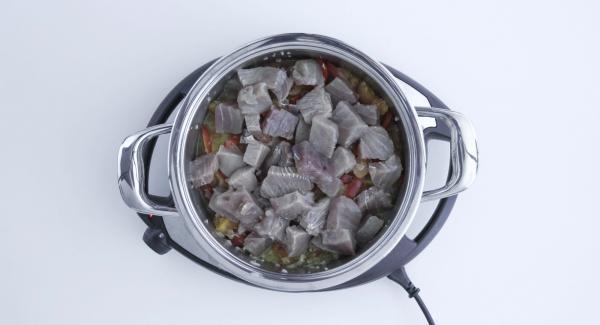Al finalizar el tiempo de cocción incorporar los dados de atún y dejar que se acaben de cocer durante 3 minutos.