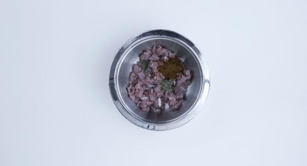 Cortar la carne en dados muy pequeños. Mezclar todo con el vino y el pimentón en polvo. Tapar y dejar reposar en la nevera 24 horas.