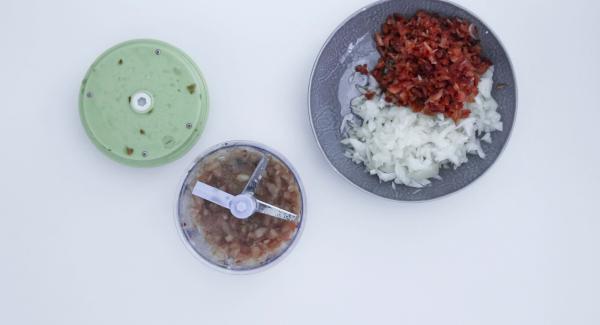 Pelar la cebolla y picar en el Quick Cut. Limpiar y picar también el pimiento y el tomate en el Quick Cut. Cortar el ajo.