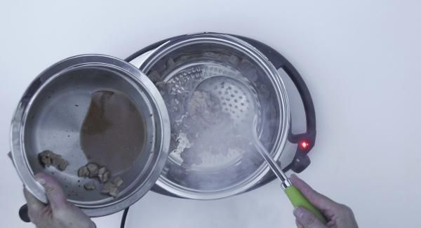 """Ajustar el Navigenio a temperatura máxima (nivel 6) y calentar la sartén hasta la ventana de """"chuleta"""" con el Avisador (Audiotherm). Cuando el Avisador (Audiotherm) emita un pitido al llegar a la ventana de """"chuleta"""", bajar temperatura de Navigenio (nivel 2), colocar la carne seca y asar."""
