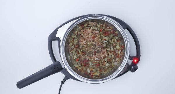 Agregar la cebolla, el ajo y el pimiento y freír juntos. Desglasar con el resto de la marinada, hervir un poco. Añadir los dados de tomate, sazonar con sal y pimienta; retirar de la sartén y enfriar. Sacar el exceso de líquido.