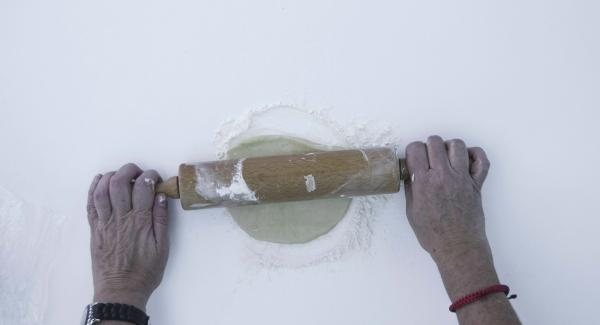 Dividir la masa en dos. Espolvorear la superficie de trabajo con harina, extender la mitad para ajustar el molde para que la masa sobresalga aprox 1 cm por encima del borde de la olla. Colocar dentro de la olla con papel de horno.