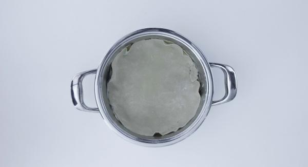 Rellenar y extender la masa sobrante en un círculo creando una tapa, unir por los bordes y presionar bien. Pinchar varias veces con un tenedor. Batir la yema de huevo con un poco de agua y untarlo finamente en la masa.