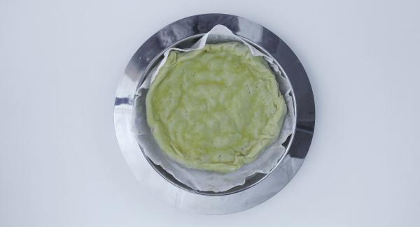 """Sacar la empanada con cuidado. Ajustar el Navigenio a temperatura máxima (nivel 6) y calentar la olla hasta la ventana de """"chuleta"""" con el Avisador (Audiotherm). Cuando el Avisador (Audiotherm) emita un pitido al llegar a la ventana de """"chuleta"""", apagar  Navigenio. Introducir nuevamente la empanada y colocar la olla sobre la tapa invertida."""