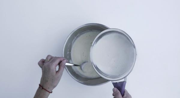 Mezclar el azúcar, la cáscara de naranja, zumo de limón, las yemas de huevo y el huevo hasta que estén espumosas. Hervir la leche y la crema en un cazo. Retirar de la placa de cocción y añadir a la mezcla de huevo, revolviendo constantemente.