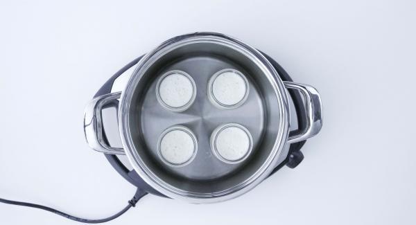 Colocar una taza de agua dentro de la olla. Dividir la crema en cuatro moldes resistentes al calor o tazas (aprox 180 ml). Colocar los moldes en la olla, tapar con la Tapa Rápida (Secuquick Softline) de 24 cm y cerrar.