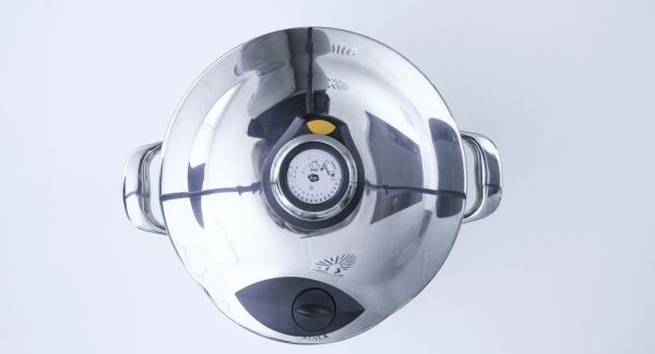 Al finalizar el tiempo de cocción, colocar la olla con la Tapa Rápida (Secuquick Softline) en una superficie resistente al calor y dejar despresurizar.