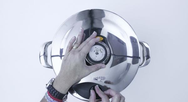 Abrir la tapa rápida y dejar que la crema se enfríe. Posteriormente dejar en la nevera por lo menos  4 horas.