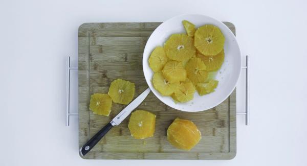 Cortar las naranjas en filetes, sacando la cáscara y la piel blanca. Recoger el jugo en el proceso. Espolvorear azúcar uniformemente en una olla pequeña y calentar a temperatura máxima. Tan pronto como el azúcar comienza a derretirse, reducir a temperatura baja y caramelizar. Desgrasar con jugo de naranja y el vino y cocer a fuego lento hasta que el caramelo se haya disuelto.