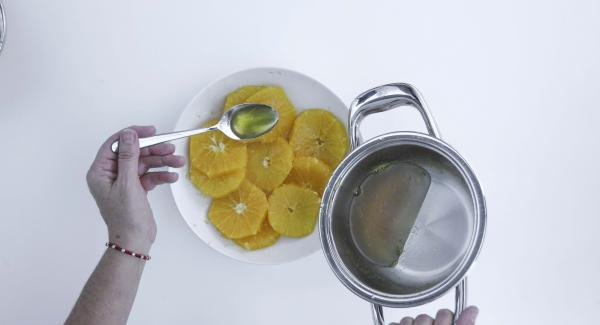 Añadir a los filetes naranja y si se desea un poco de licor de naranja. Dejar que se enfríe.