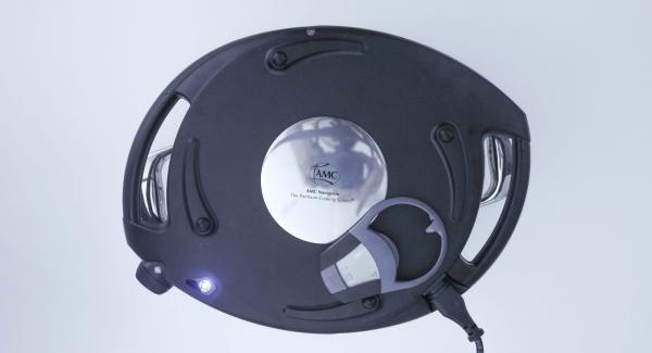 Colocar el Navigenio en modo horno (poniéndolo invertido encima de la olla) y ajustar a temperatura baja. Cuando el Navigenio parpadee en rojo/azul, introducir 30 minutos en el Avisador (Audiotherm) hornear hasta que la empanada esté dorada. Mejor servido caliente.