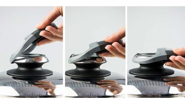 """Echar la cebolla y el ajo en una olla de 20 cm 3,0 l. y colocar la tapa. Colocar la olla en el Navigenio a temperatura máxima (nivel 6). Encender el Avisador (Audiotherm), colocarlo en el pomo (Visiotherm) y girar hasta que se muestre el símbolo de """"chuleta""""."""