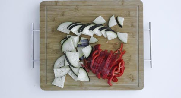 Cortar las verduras en rodajas.