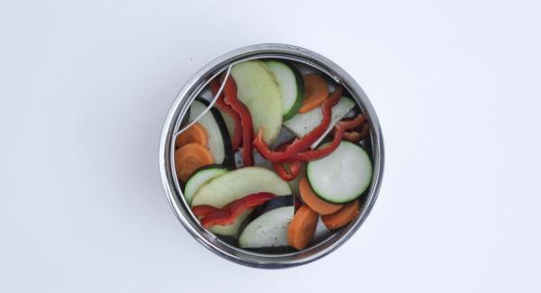 Colocar las láminas de verdura intercaladas hasta llenar la softiera.