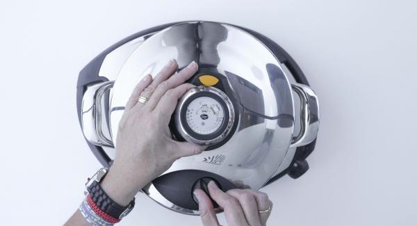 Verter un vaso de agua en la unidad en frío. Introducir la softiera y tapar con la Tapa Rápida (Secuquick Softline) de 20  cm