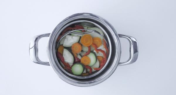Abrir la Tapa Rápida (Secuquick Softline), vaciar el agua de la unidad y colocar la verdura dentro de la olla.