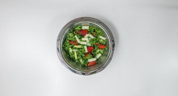 Lavar la rúcula y cortarla fina. Mezclar con los espárragos y el resto de las fresas. Verter unas gotas de vinagreta fría y servir espolvoreado con almendras.