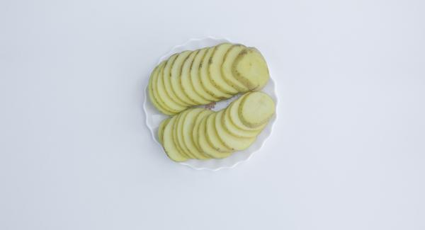 Cortar la cebolla en tiras y las patatas en rodajas