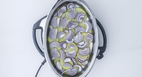 Colocar en el fondo de la Oval una capa de patatas y encima una capa de cebolla.