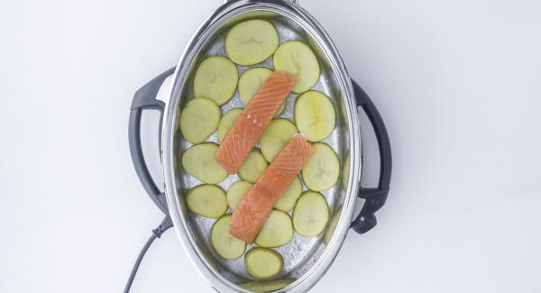 Salar el salmón y colocarlo encima.