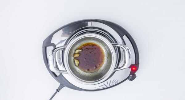 Sofreír el ajo en el aceite. Añadir la salsa de soja y dejar reposar el aliño.