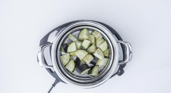 Colocar la softiera en la olla. Añadir 150ml de agua y tapar con la Tapa Súper-Vapor (EasyQuick) con el aro de sellado de 24 cm.