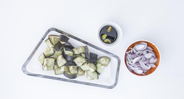 Terminar el plato con el aliño por encima de la berenjena y unos aros de cebolla fresca encima.
