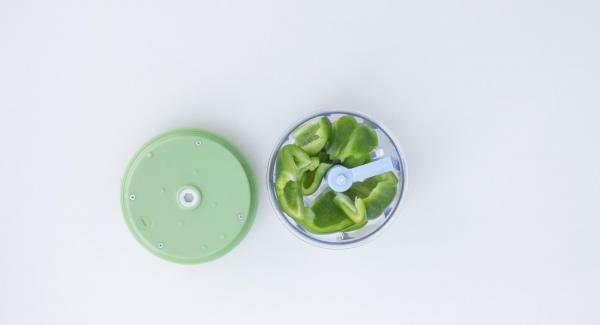Picar verduras con el Quick Cut finamente. Trocear el bogavante con un cuchillo para ello.