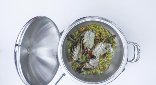 """Cuando el Avisador (Audiotherm) emita un pitido al llegar a la ventana de """"chuleta"""", verter: Aceite  + Salsa de tomate + cabezas de bogavante + azafrán. Remover y añadir caldo de pescado."""