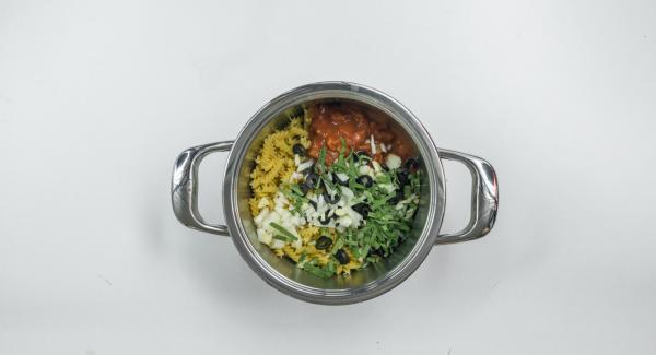 Pelar y picar la cebolla y los dientes de ajo. Cortar las aceitunas en rodajas. Retirar las hojas de salvia del tallo y cortarlas en tiras. Introducirlo todo en una olla con los tomates, el caldo de verduras y la pasta
