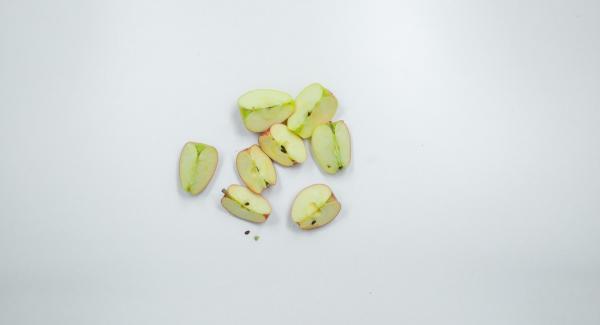 Lavar las manzanas, cortarlas a cuartos y rallarlas. Incorporar al pudin de arroz junto con las almendras.