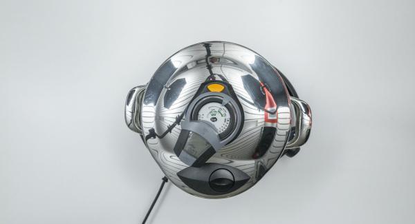 """Tapar con la Tapa Rápida (Secuquick Softline) de 20 cm colocar la olla en el Navigenio y seleccionar la función (A). Introducir 7 minutos de tiempo de cocción en el Avisador (Audiotherm) y girar hasta que aparezca el símbolo de """"turbo""""."""