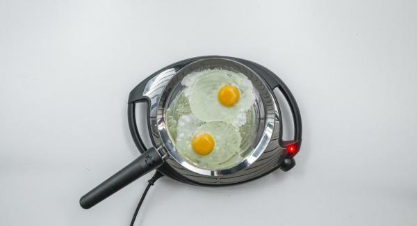 Añadir los huevos a la oPan y cocinar al gusto. Sazonar con sal y pimienta.