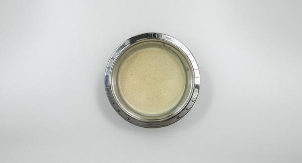 Mezclar todos los ingredientes de la harina a la canela, amasar y dejar reposar durante 30 minutos.